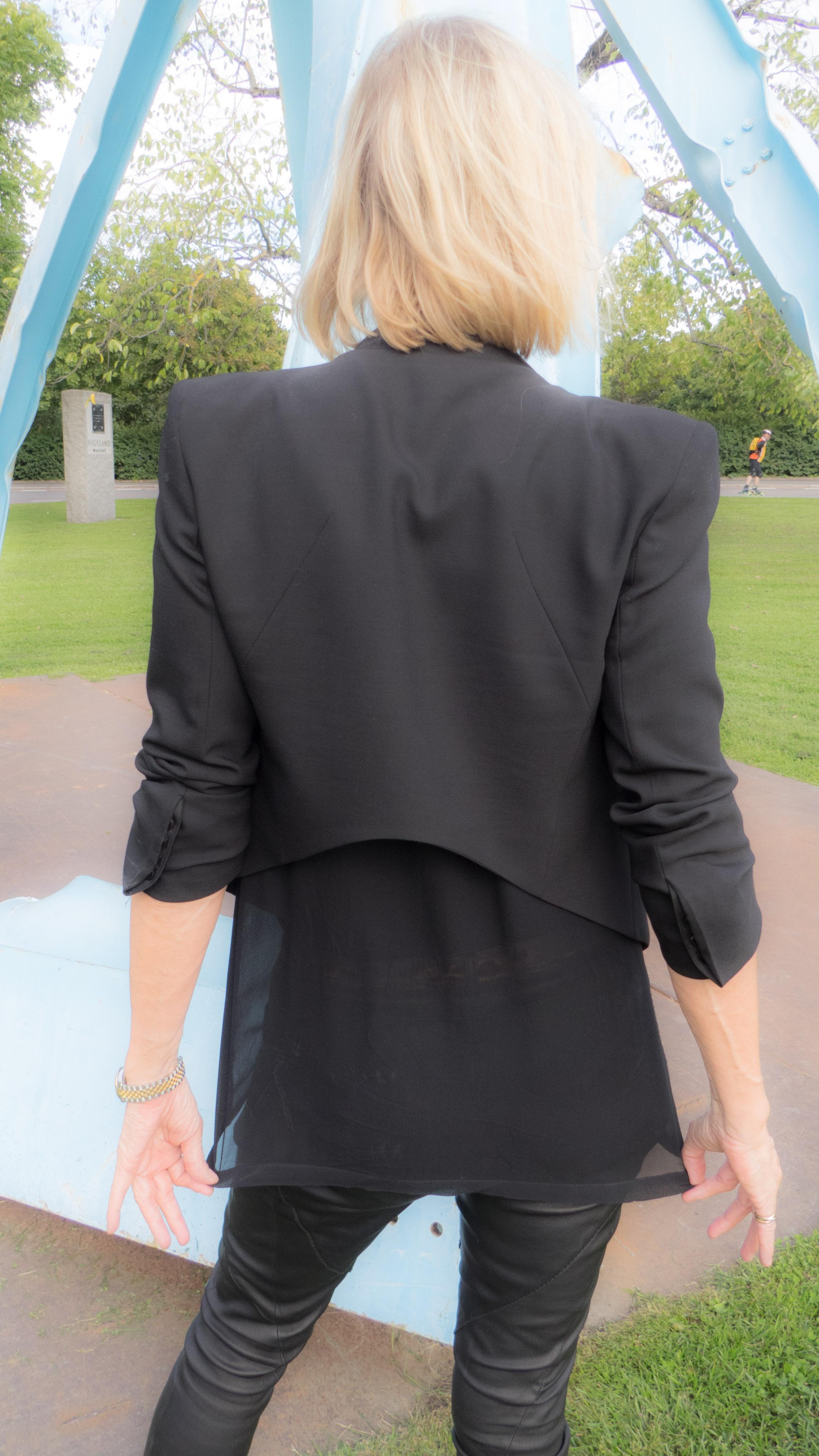 Toppen går akkurat passe langt nedenfor jakken, som er akkurat passe innsvinget. Og de smale skinnbuksene er i såpass kraftig, mykt skinn at de ikke klistrer seg til bena.